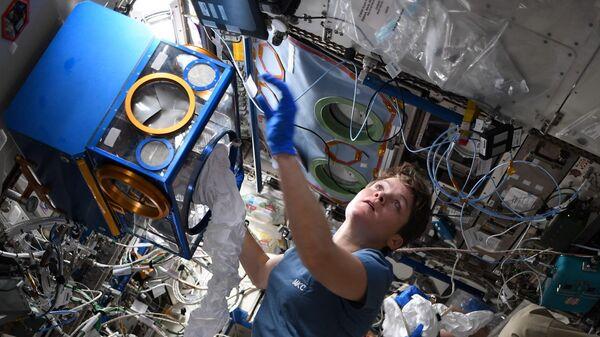 Астронавт Анна Маклейн проводит опыты с мышами на борту МКС