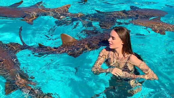 Певица Ханна во время плавания с акулами на Багамских островах