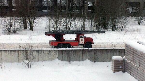 Автомобиль пожарной охраны около завода Полипласт в Кингисеппе, где произошел взрыв. 16 января 2018