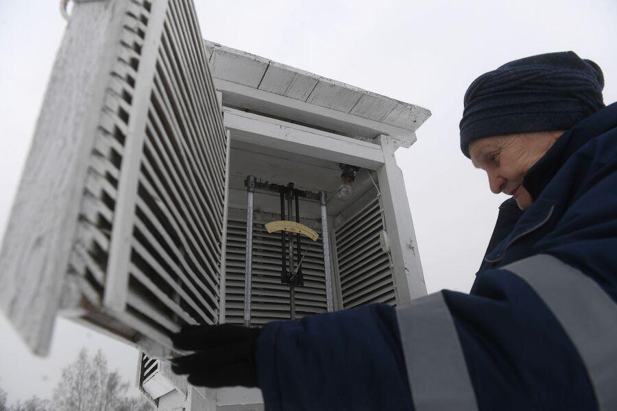 Нина Николаевна Копылова, начальник метеостанции, снимает показания прибора, Дмитров