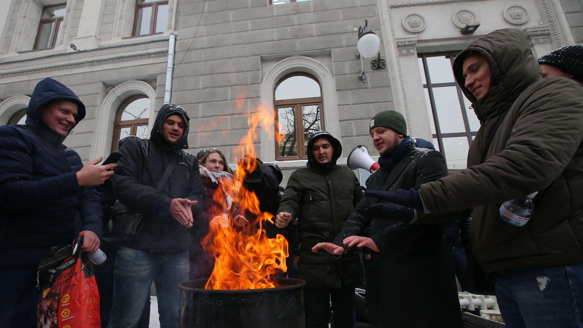 Акции у здания компании Нафтогаз-Украина с требованием включить отопление. Киев, Украина  - РИА Новости, 1920, 08.09.2021