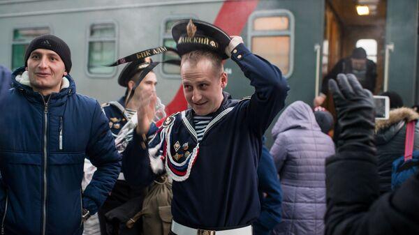 Военнослужащие, уволенные в запас, на платформе станции Омск-Пассажирский