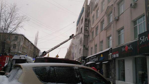 Сотрудники МЧС во время ликвидации пожара в Ленинском районе города Перми