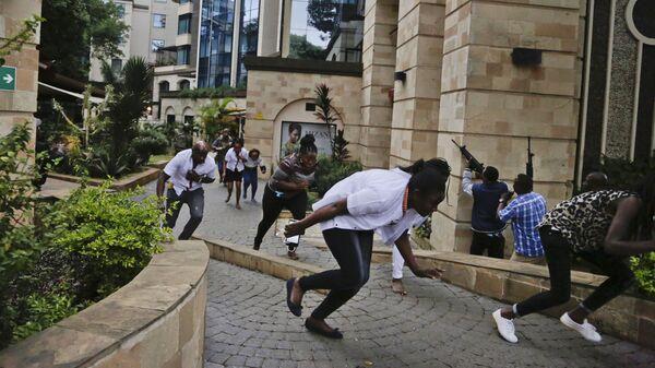 Люди убегают из отеля в Найроби, на который произошло нападение