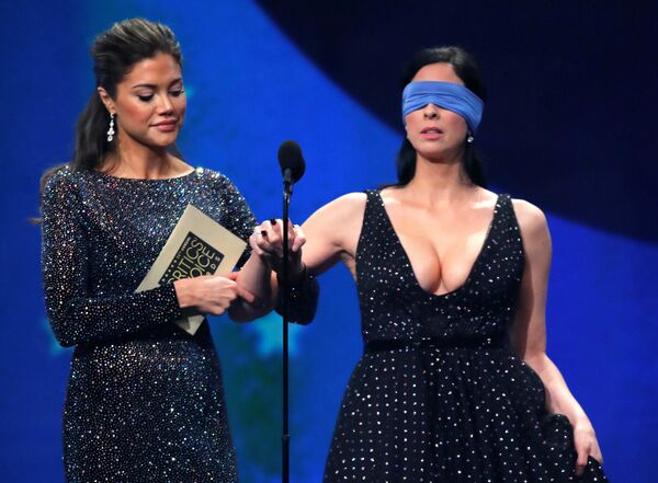 Актриса Сара Сильверман выходит на сцену с завязанными глазами для объявления победителя премии Выбор телевизионных критиков