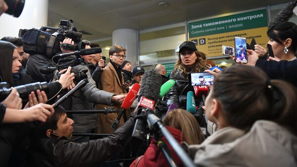 Жена Александра Кириллова (Алекса Лесли) Кристина в аэропорту Шереметьево в Москве