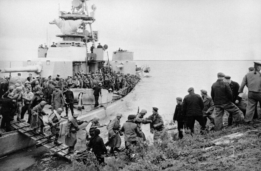 Моряки помогают пехотинцам высадиться на берег во время операции советской армии по разгрому японских милитаристов