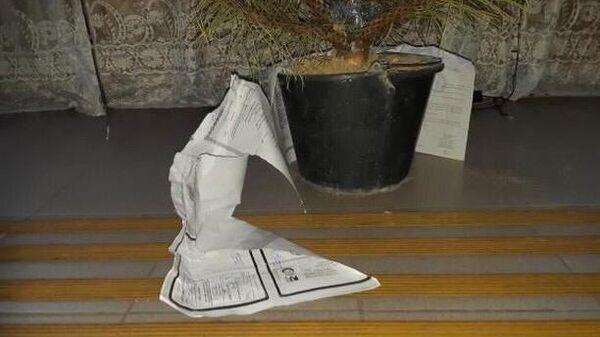 Елка в Управлении социальной защиты поселка Каменоломня, украшенная документами