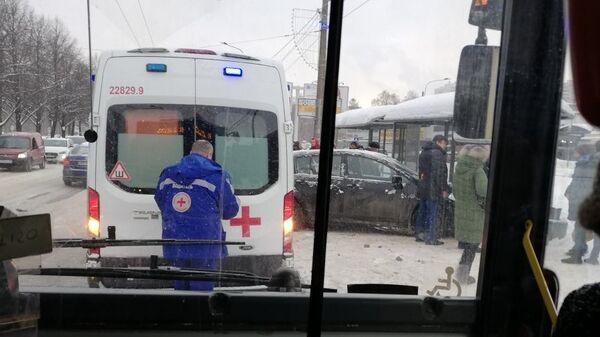 В Санкт-Петербурге автомобиль врезался в остановку. 18 января 2019