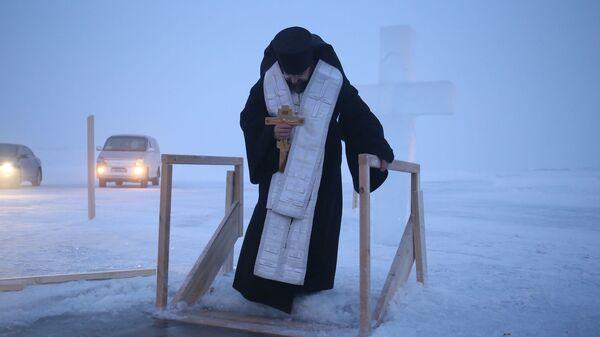 Архиепископ Якутский Роман совершает на реке Лена чин Великого освящения воды в праздник Крещения Господня в минус 46 градусов по Цельсию