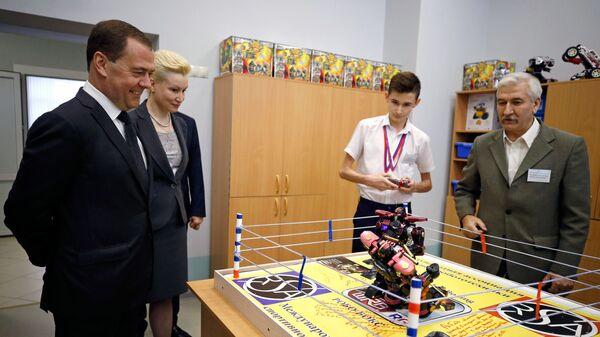 редседатель правительства РФ Дмитрий Медведев во время посещения средней общеобразовательной школы № 66 имени Евгения Дороша в Краснодаре. 18 января 2019