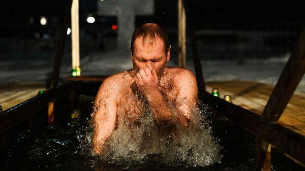 Мужчина во время традиционных купаний в праздник Крещения у церкви Сорока Мучеников Севастийских в Переславле-Залесском. 18 января 2019