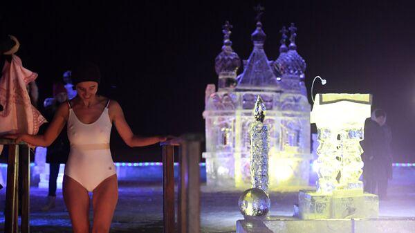 Девушка во время ночных крещенских купаний на Раифском озере недалеко от Раифского Богородицкого мужского монастыря в поселке Раифа Зеленодольского района республики Татарстан
