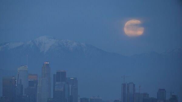 Лунное затмение в небе над Лос-Анджелесом, США