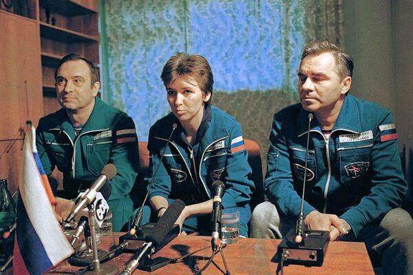Экипаж космического корабля Союз ТМ-20 в составе Александра Викторенко (справа), Елены Кондаковой и Валерия Полякова во время первой после полета пресс-конференции в Звездном городке