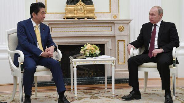 Президент РФ Владимир Путин и премьер-министр Японии Синдзо Абэ во время встречи в Москве. 22 января 2019