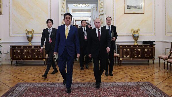 Президент РФ Владимир Путин и премьер-министр Японии Синдзо Абэ во время встречи в Москве