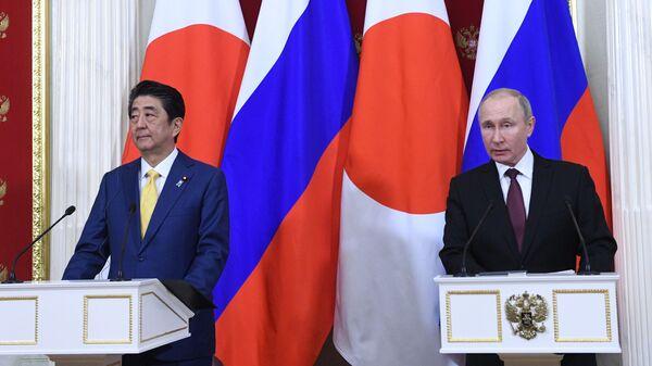 Президент РФ Владимир Путин и премьер-министр Японии Синдзо Абэ на пресс-конференции по итогам встречи