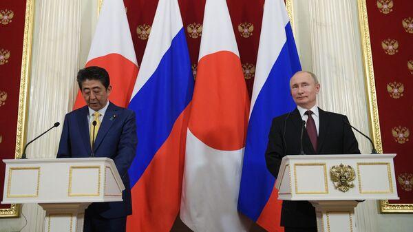 Президент РФ Владимир Путин и премьер-министр Японии Синдзо Абэ на пресс-конференции по итогам встречи в Москве