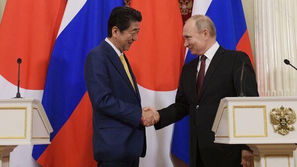 Президент России Владимир Путин и премьер-министр Японии Синдзо Абэ на пресс-конференции по итогам встречи в Москве