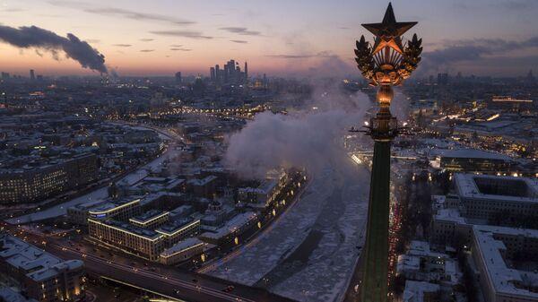 Шпиль на высотном здании на Котельнической набережной в Москве