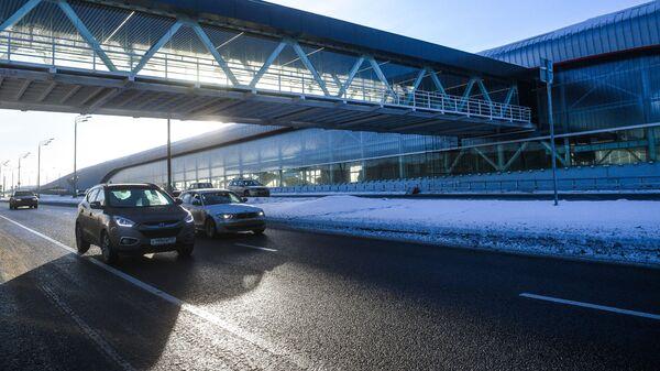 Строящаяся наземная крытая однопролётная станция с островной платформой Московского метрополитена Прокшино на Сокольнической линии и надземный пешеходный переход недалеко от деревни Прокшино