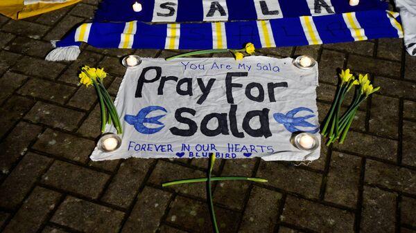 Болельщики Кардиффа выкладывают послания в честь Эмилиано Салы возле домашнего стадиона