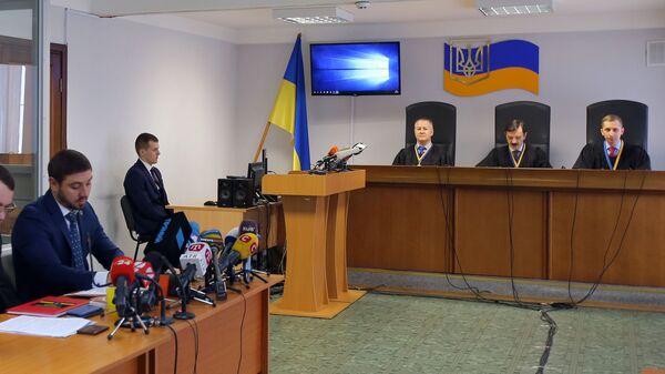 Адвокаты и судьи в Оболонском районном суде города Киева, где проходит судебное заседание, на котором зачитывается приговор экс-президенту Украины Виктору Януковичу