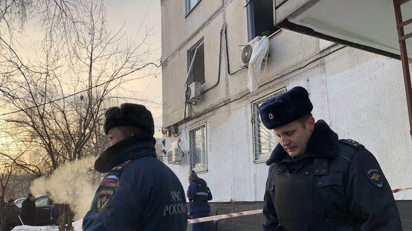 Сотрудники МЧС и полиции у дома на улице Костромская в Москве, где произошел хлопок. 24 января 2019