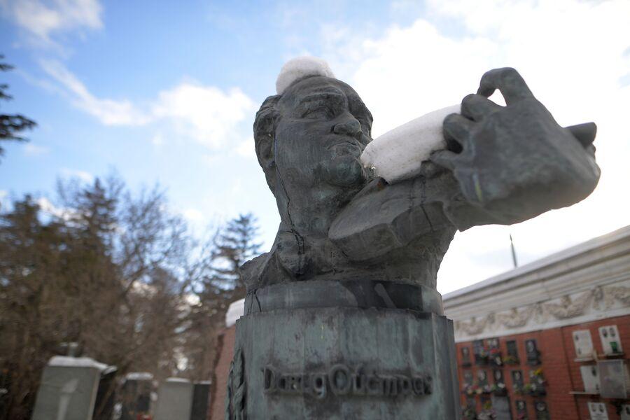 Памятник Давиду Ойстраху на Новодевичьем кладбище
