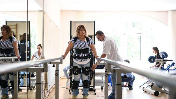 Девушка тренируется в реабилитационном центре