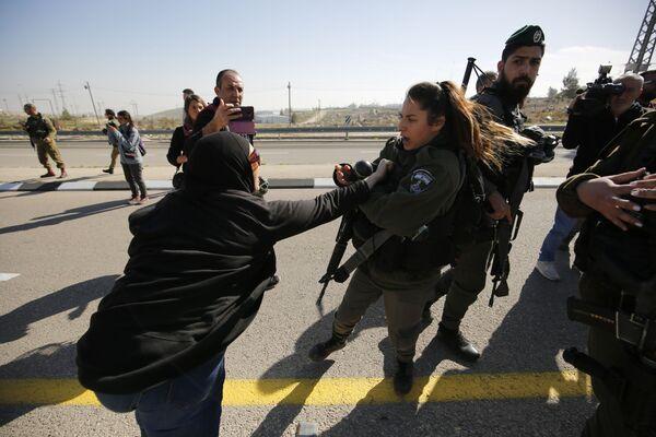 Столкновение палестинских протестующих с полицией Израиля