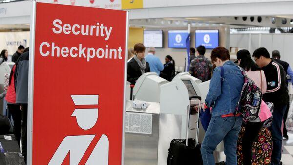 Пассажиры возле контрольно-пропускного пункта в международном аэропорту О'Хара в Чикаго