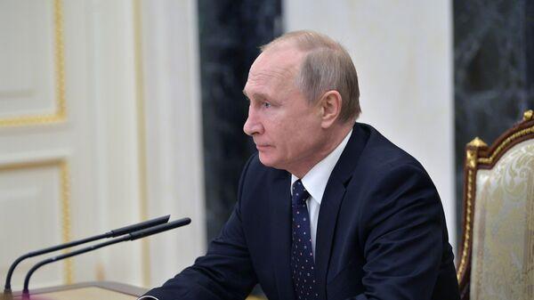 Президент России Владимир Путин проводит совещание с постоянными членами Совета безопасности России