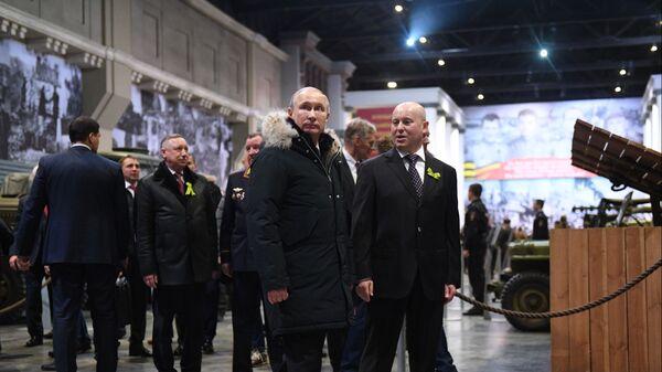 Владимир Путин во время осмотра экспозиции выставки патриотического объединения Ленрезерв, посвященной 75-летию полного освобождения Ленинграда от фашистской блокады. 27 января 2019