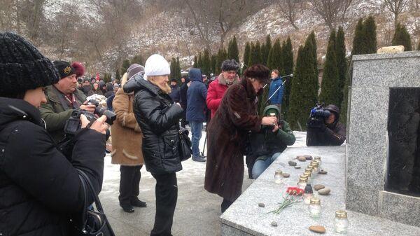 Участники акции памяти  жертв Холокоста в Янтарном Калининградская область. 27 января 2019
