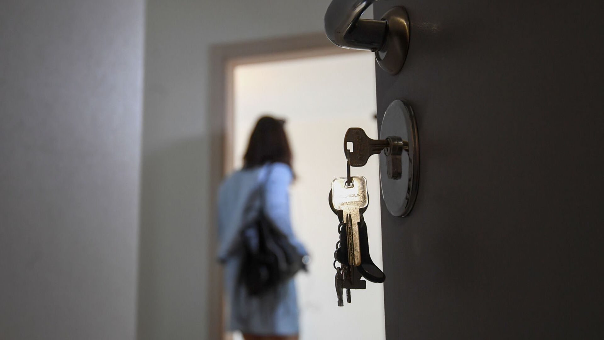 Входная дверь в одной из квартир многоэтажного жилого дома - РИА Новости, 1920, 26.01.2021