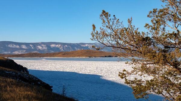Вид на остров Огой с острова Ольхон на Байкале