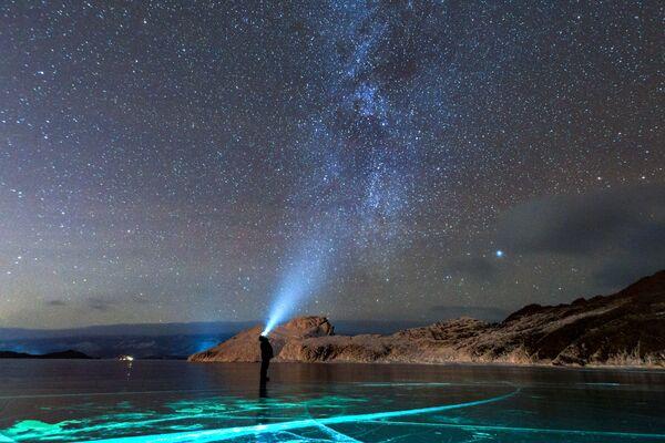Млечный путь у Ольхонского мыса Кобылья Голова в районе озера Байкал