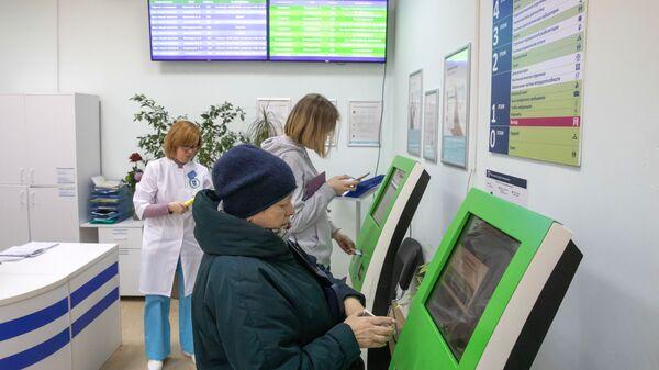 Пациенты записываются на прием к врачу через электронные терминалы