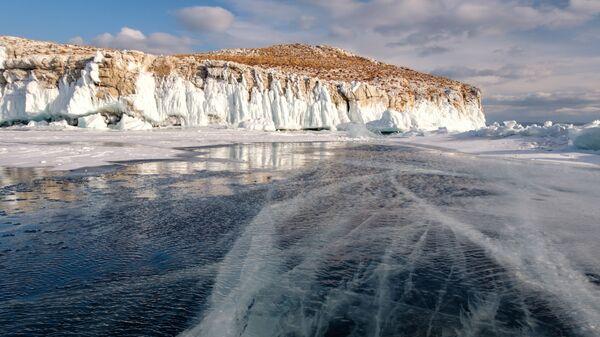 Наплески на острове Ольтрек в проливе Малое море на озере Байкал