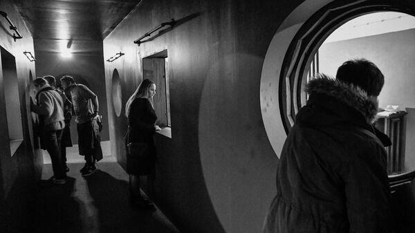 Посетители осматривают иммерсивную инсталляцию, воспроизводящую обстановку Института DAU, на площадке арт-проекта DAU в Национальном центре искусства и культуры Помпиду в Париже