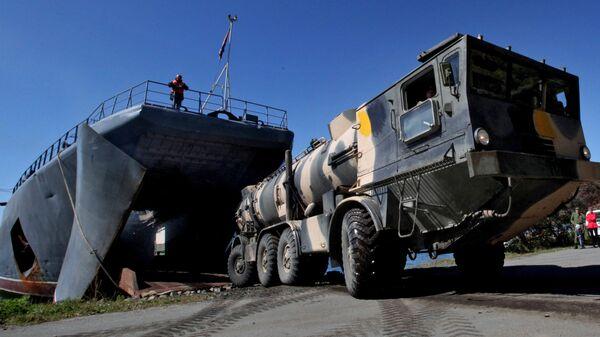 Пусковая установка берегового ракетного комплекса Редут во время выгрузки с большого десантного корабля Ослябя после учений Тихоокеанского флота