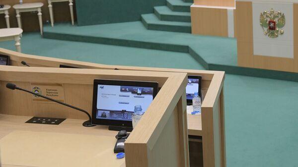 Место сенатора Рауфа Арашукова в зале заседаний Совета Федерации РФ