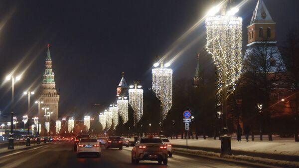 Новогодние гирлянды на фонарях на Кремлевской набережной в Москве