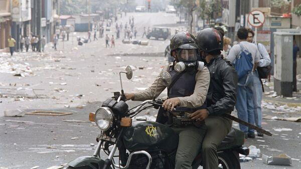 Венесуэльская национальная гвардия во время беспорядков в столице.
