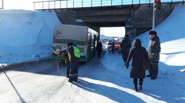 Автобус врезался в опору железнодорожного моста в Новосибирске