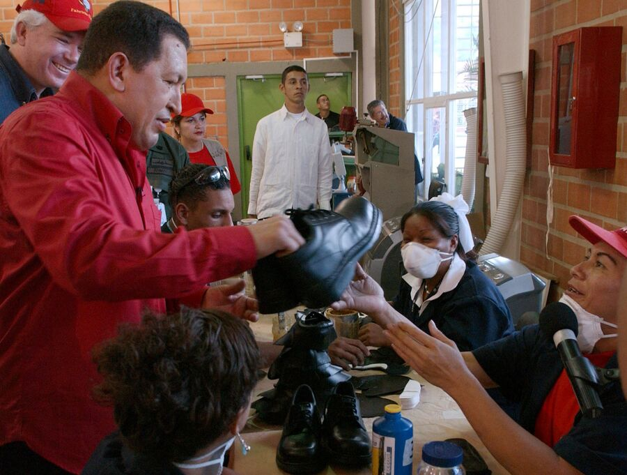 Президент Венесуэлы Уго Чавес во время визита на фабрику обуви в Каракасе, Венесуэла