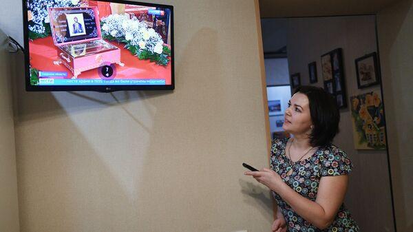 Жительница Твери смотрит телевизор у себя дома