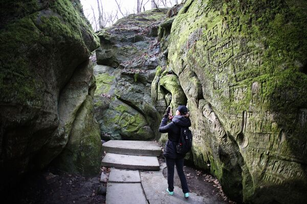 Девушка фотографирует в Дантовом ущелье в Горячем Ключе